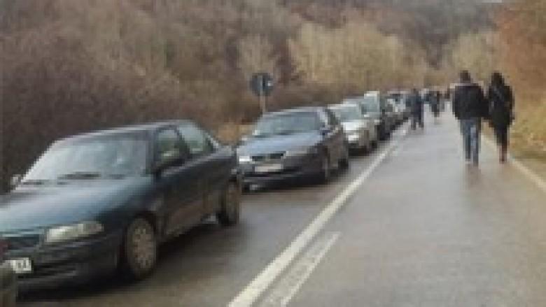 Pritje të gjata në pikat kufitare me Serbinë