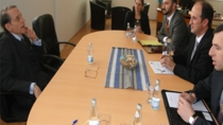 Ambasadori britanik viziton Doganën e Kosovës