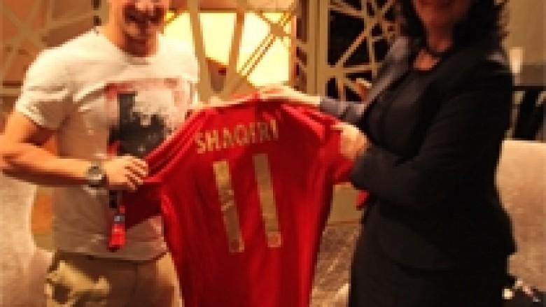 Shaqiri ia dhuroi presidentes një fanellë