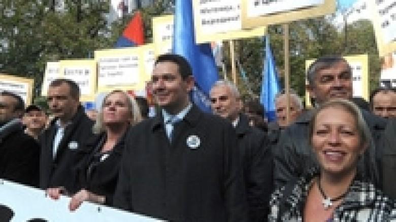 Radikalët protestojnë për takimin Nikolic-Jahjaga