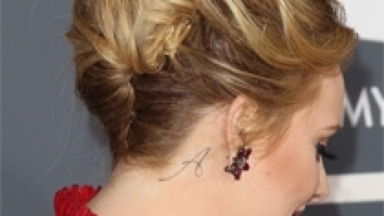 Edhe Adele bën tatuazh