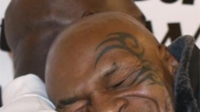 Përqafimi i Tyson dhe Holyfield (Foto)