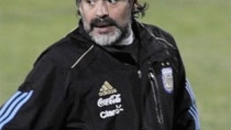 Maradona, në Itali për ta zgjidhur problemin e taksave