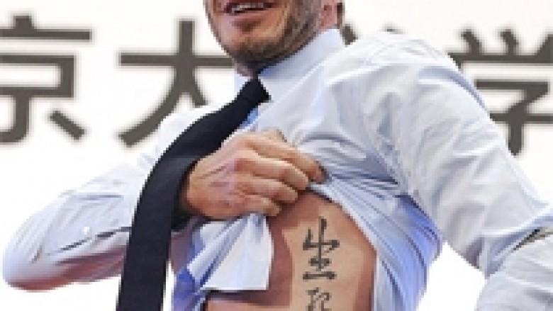 Beckham, tatuazh në kinezishten tradicionale (Video)