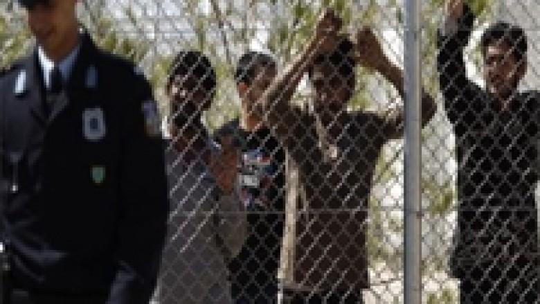 Greku plagosi 28 punëtorë emigrantë