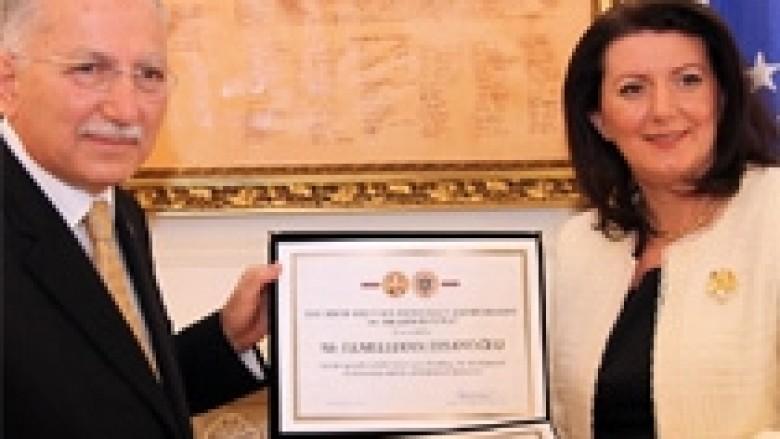 Jahjaga nderon Ihsanoglun me medaljen për Paqe…
