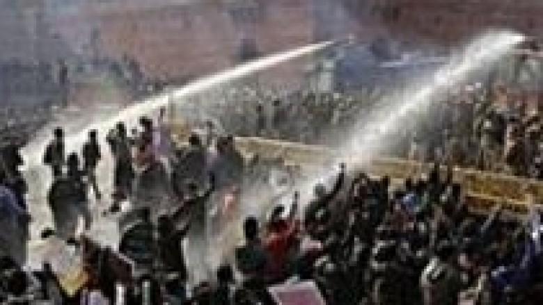 Policia sërish përleshet me demonstrues në Nju Delhi