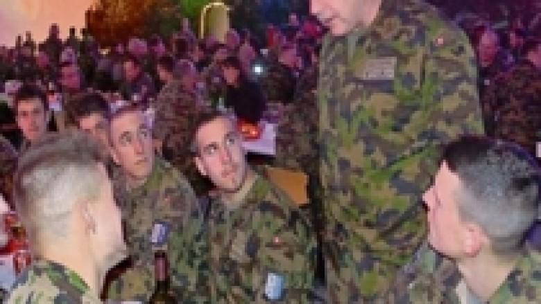 Komandanti iu jep dhuratat e Krishtlindjes ushtarëve zviceran në Kosovë