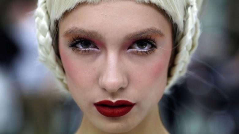Frizurë dhe makijazh i veçantë për të rënë në sy