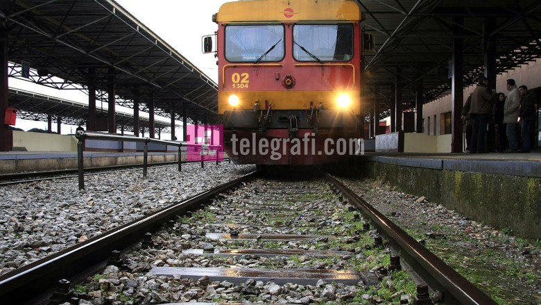 Fushatë vetëdijësimi të të rinjve që të mos fotografohen nëpër hekurudha në Maqedoni (Video)