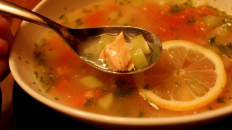 Supë me pulë dhe limon