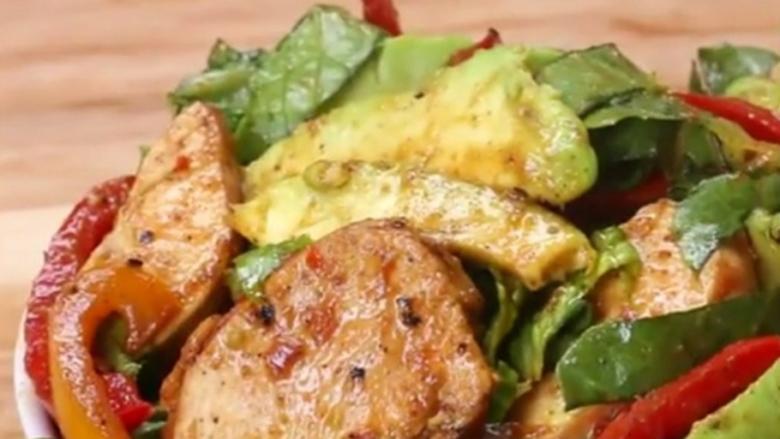 Sallatë fenomenale me mish pule, vetëm për 10 minuta (video)