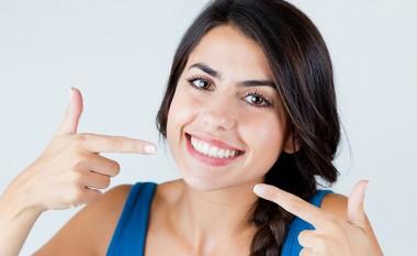 Dy mënyra për t'i zbardhur dhëmbët me përbërës shtëpiakë