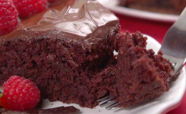 E shëndetshme, e njelmët – gati për 15 minuta: Tortë çokollate e mrekullueshme pa qumësht dhe pa vezë! (video)