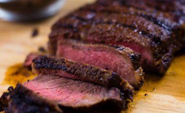 Bifteku i gatuar në skarë me kafe (video)