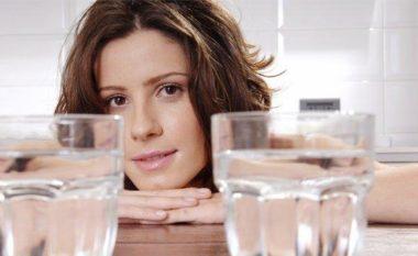 DILEMË E PËRHERSHME! A është më mirë të pimë ujë të ftohtë apo të ngrohtë! Përgjigjja është…