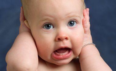 Rreziku i pastrimit të veshit te bebet dhe te fëmijët e vegjël...