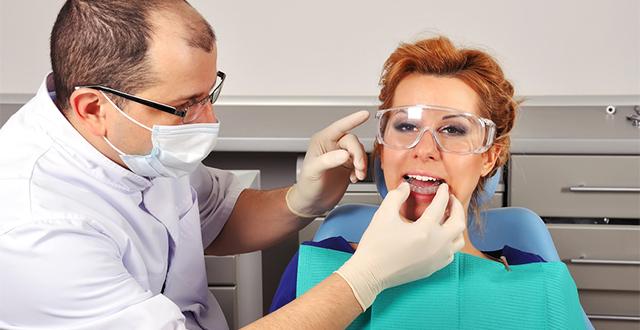 dentist tries dental splint young girl