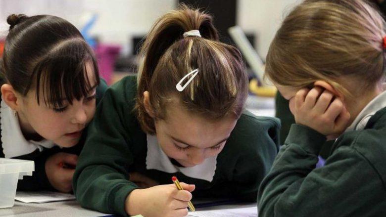 Përse vajzat janë më të mira në shkollë sesa djemtë?