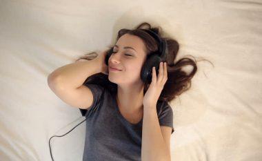Dëgjimi i muzikës para gjumi është tejet i mirë për shëndetin