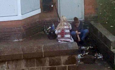 E tmerrshme: Dy gra filmohen duke marrë drogë afër shkollës (Foto/Video, +18)