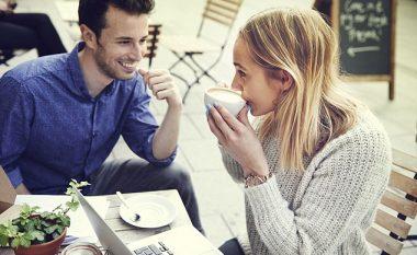 Pesë shenja që tregojnë se dikush është i interesuar të ketë lidhje romantike me ju…