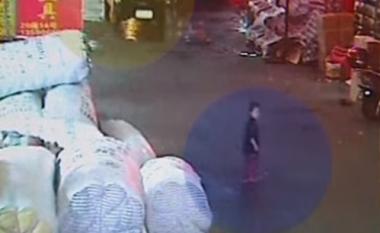 Fëmija goditet nga makina, nuk ndalon askush për ta ndihmuar (Video)