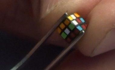 Rekordmeni që e zgjidhi Kubin e Rubikut me përmasa gjigante, tani e ka punuar një në miniaturë (Video)