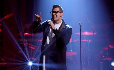 Shikoni performancën e këngëtarit shqiptar në shown amerikan të Jimmy Fallon (Video)