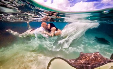 Fotot e përsosura të dasmës, çiftet po i kërkojnë nën ujë