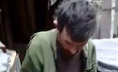 Ishte mbajtur 20 vjet i mbyllur nga njerka dhe babai, shihni se si u gjet 36-vjeçari (Video)