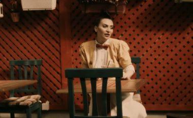 Edona Reshitaj këndon për rrugët e këtij qyteti (Video)