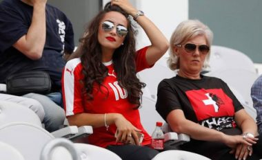 Partnerja e shoqëron Xhakën në stadium (Foto)