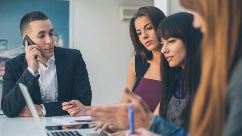 Nuk do të besoni sa më shumë kohë i shpenzojnë femrat në punë sesa meshkujt