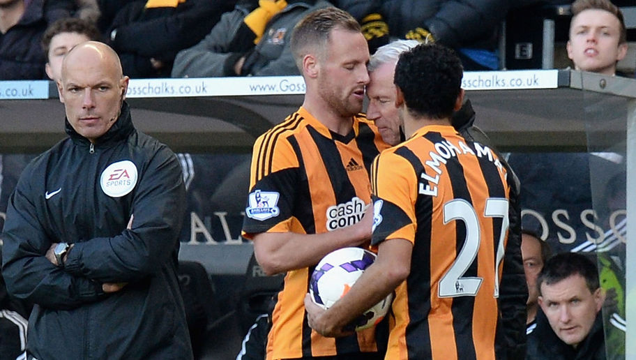 HULL, ENGLAND - MARCH 01: David Meyler of Hull City clashes with Alan Pardew, Manager of Newcastle United during the Barclays Premier League match between Hull City and Newcastle United at KC Stadium on March 1, 2014 in Hull, England. (Photo by Tony Marshall/Getty Images)