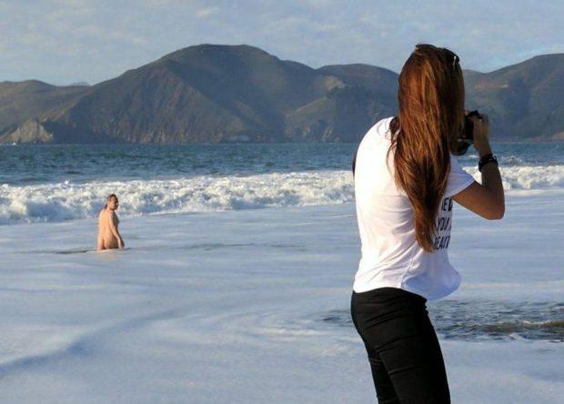 gjate-fotosesionit-ne-bregdet-u-befasuan-nga-nje-burre-qe-doli-i-zhveshur-nga-uji-foto-2