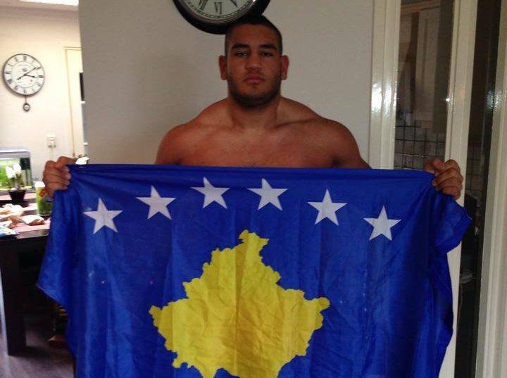 Gëzim Selmani me flamurin e Kosovës