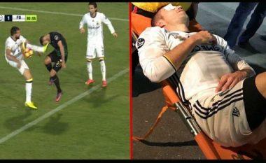 Van Persie lëndohet rëndë në sy, pret ambulancën 15 minuta i shtrirë jashtë stadiumit (Foto/Video)