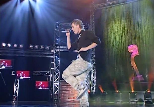 """Blero gjatë interpretimit të këngës """"Më Mungon"""" në Kënga Magjike 2005."""