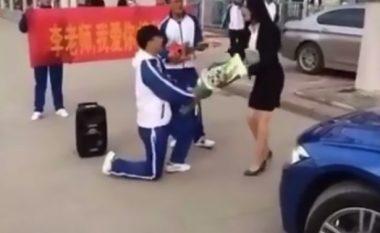 Nxënësi i propozon martesë arsimtares, shikoni si reagon ajo (Foto/Video)