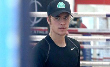 Pasi e goditi fansin në fytyrë, Bieber po ushtron boks (Foto)