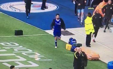 Costa vrapon nga banka rezervë vetëm për t'u përfshirë në përleshjen ekipore mes lojtarëve të Chelseat dhe Cityt (Video)