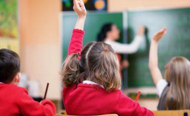 A është në rregull të dilni në takime me mësuesin e fëmijës tuaj?