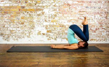 Ushtrime të thjeshta të jogas për t'i hequr kilet e tepërta (Video)