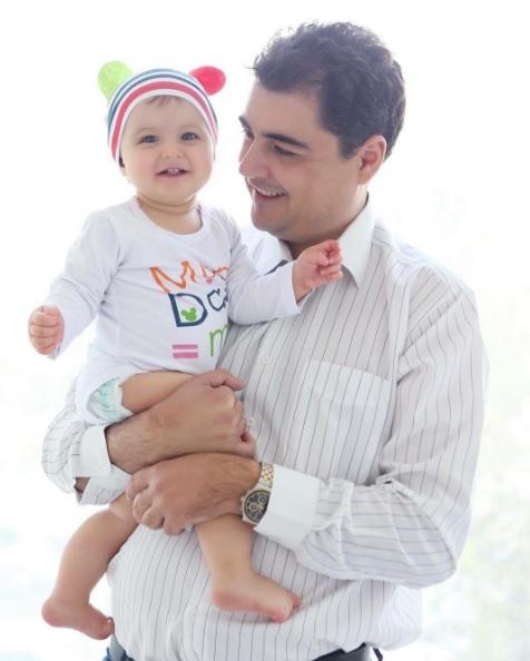 Bashkëshorti i këngëtares Ermal Hoxha, bashkë me vajzën e tij Hera. foto nga Instagram.