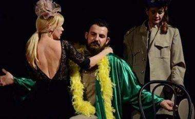 Olta Gixhari puthje pasionante në skenën e teatrit! (Foto)