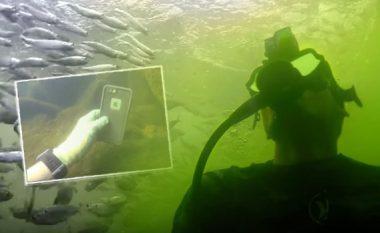 Kamera, iPhone, revole dhe thika: Njihuni me burrin që tërë ditën e kalon nën ujë duke kërkuar thesaret e humbura (Video)