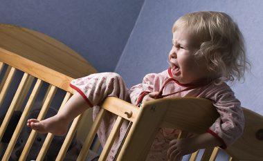 Ja çfarë ndodh me fëmijët nëse i lini të qajnë derisa të lodhen