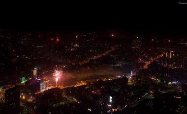 Pamje mahnitëse të Prishtinës gjatë ndërrimit të motmoteve të xhiruara nga droni (Video)