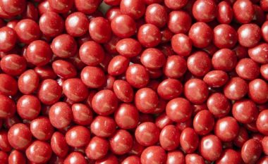 Autostrada mbulohet me sheqerka të kuqe që ranë nga kamioni (Foto)